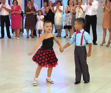 Niño baila Salsa